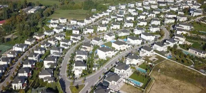 Shkëlzen Berisha banon në  Rolling Hills   aty ku vilat kushtojnë nga 500 mijë deri në 1 7 milionë euro
