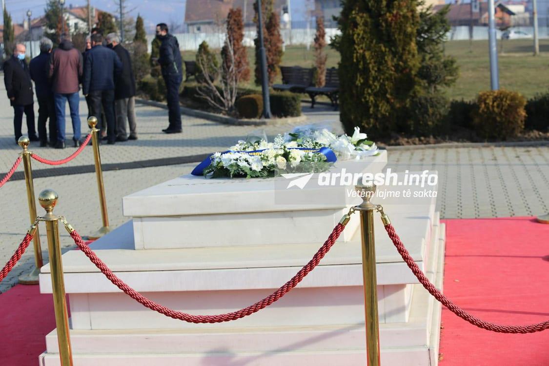 LIVE| Kryesia LDK-së bën homazhe te varri i Rugovës në ditëlindjen e 76-të