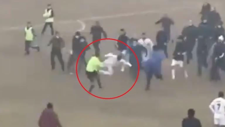 Futbollisti godet arbitrin në stil 'kung-fu'